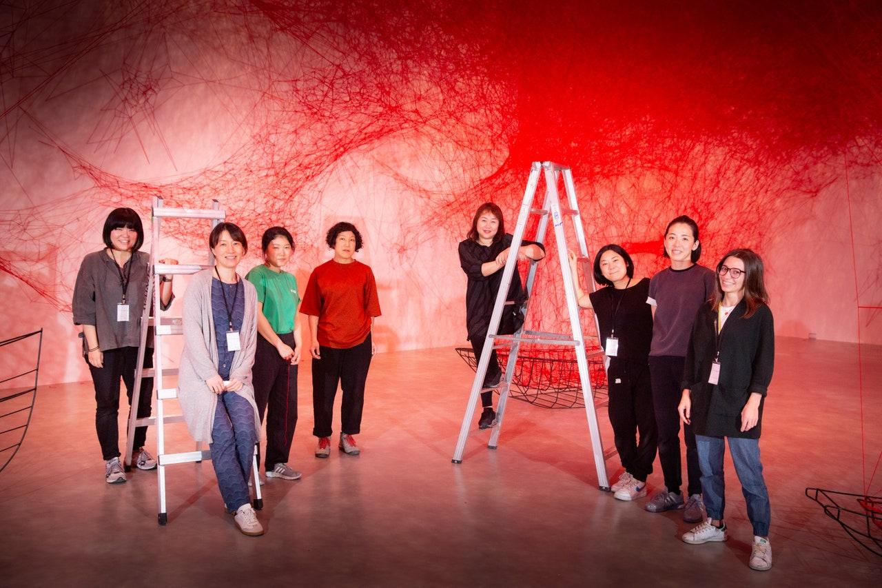 塩田千春與團隊/  圖片提供臺北市立美術館